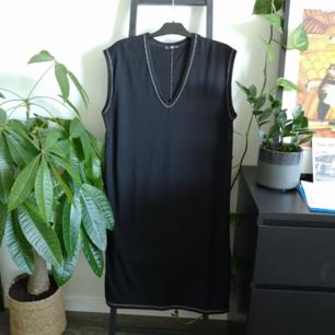 Klänning med kontraststygn från Zara! Använd typ en enstaka gång bara. Möts upp i Stockholm eller fraktar för 39kr.