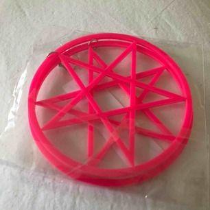 Örhängen, helt nya. Obs de är rosa, andra bilden är för storleksreferens.