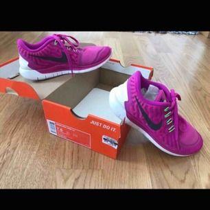 NIKE FREE WMNS 5.0 gympa skor Stl: 38,NY!! Säljer Mina sköna Rosa Nike. Finns i City, Älvsjö eller skickas!