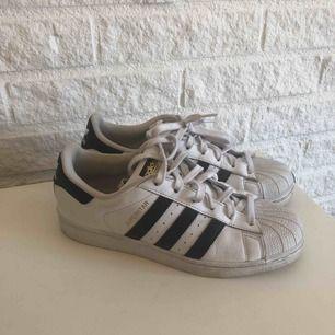 Adidas superstars i storlek 40, bra skick. Köparen står för frakt💙
