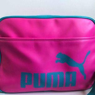 🌷 Rosa, blå väska från Puma. Endast använd ett par gånger och rymmer mycket. (Frakt tillkommer)