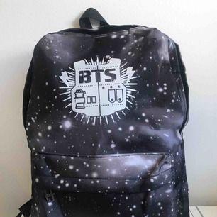 🖤 Fin BTS väska med logga och galaxy bakgrund. (Frakt Tillkommer)