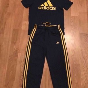 Adidas tröja & byxor 152, 11-12 år. Nyskick! Finns i Älvsjö/ City/ skickas. Färg: Marinblå/ gul. 180kr för båda!