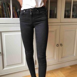 Tighta jeans från Bikbok. Använda ett fåtal gånger. Frakt ingår i priset. Nypris 600 kr. Betalning sker via swish.