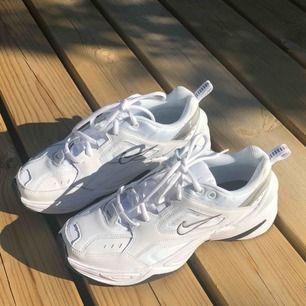 Vita Nike M2K tekno, så sköna älskar dom men råkar alltid köpa för stor storlek :) Använda två gånger. Möts upp i Stockholm eller så står köparen för frakten