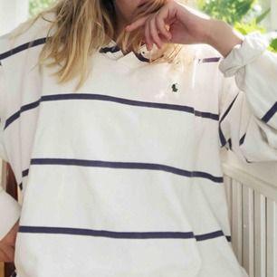 Oversize Ralph Lauren pikétröja! Går att ha som tröja men är lång nog om man vill ha den som en klänning också! Superbra skick. Gratis frakt om du köper något mer som jag säljer:)