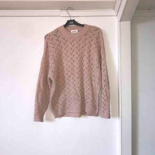 Mitt plagg är en tjock tröja i färgen ljusrosa, storleken är i xxs-s då materialet är väldigt töjbar. Tröjan fungerar till näst intill allt och kan matchas till mycket i din garderob/ finns även i grå.
