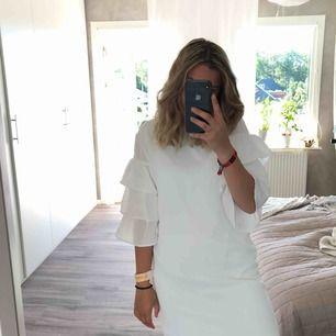 Vit elegant sommar klänning med fransar på armarna! Säljs super billigt om man jämför med ordinarie pris!! Slutar lite över knäna (är 162 cm lång) sitter super bra!