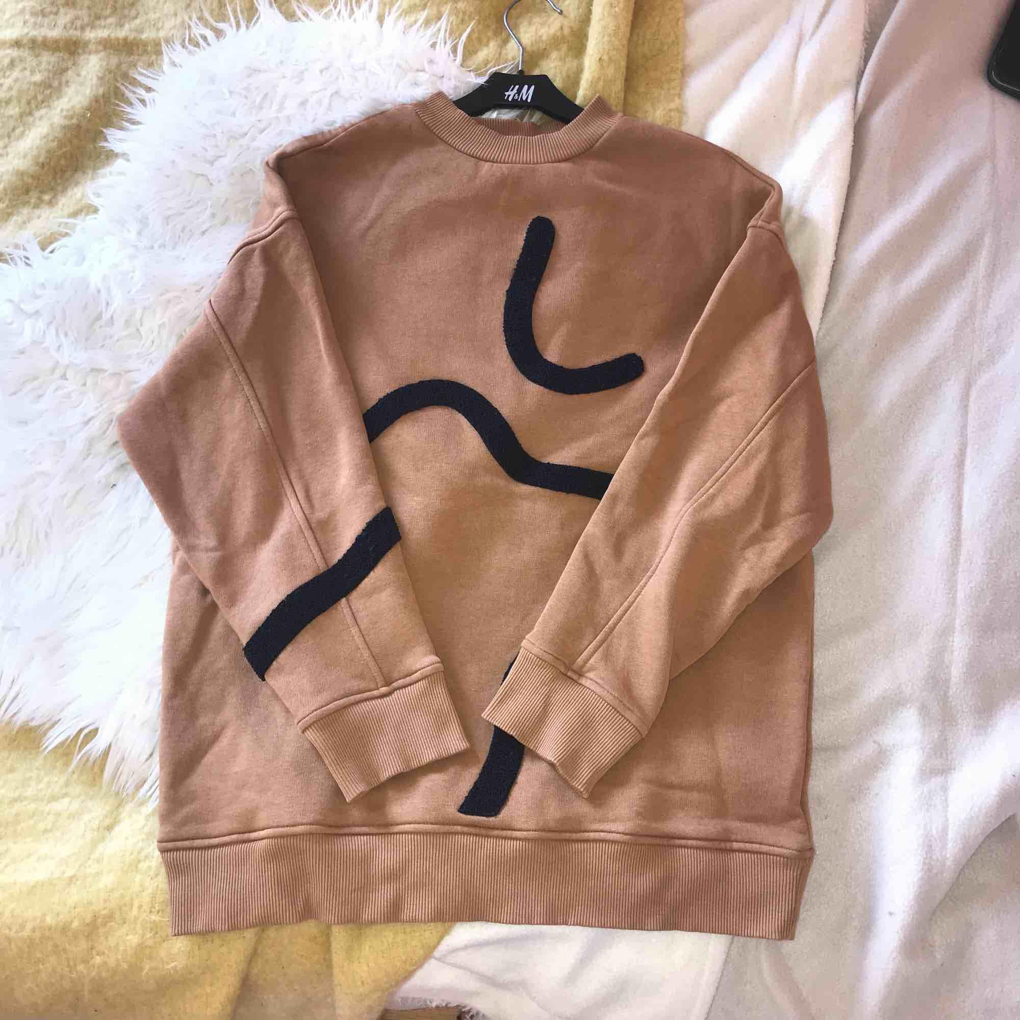 """Mitt plagg är ett """"inte så tråkigt plagg""""med olika material och färger, det funkar till mycket och kan troligen fyll din garderob med glädje. Storleken finns i XS men är väldigt oversised och kan därför räckans som en s enligt mig.👌🏻. Tröjor & Koftor."""