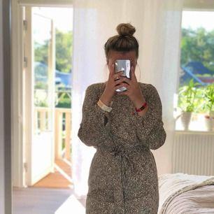 Super het leopard klänning! I storlek 34, knyte vid midjan vilket gör att den sitter extra bra! Ordinarie pris 199kr, köpt från H&M. Inte använd nån gång!