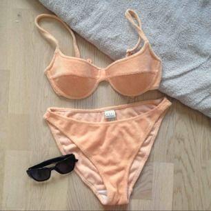 Ascool bikini från HM! 80/90-tal i handduksmateral. Så snygg orange färg och trendig passform! Men ändå lagom höga och lagom cheeky👌🏻👌🏻 det står strl 40 men tycker den är aningen mindre, ca 38 nere och ca 75B upptill. frakt tillkommer, runt 50lappen.