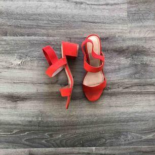 Röda klackar skor, klacken är ca 3cm. Använda 2 gånger, säljs för ingen användning av dem. Ordinarie 299kr köpta på H&M