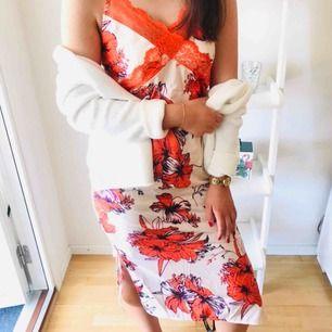 """OANVÄND midiklänning i """"pyjamas material"""" och slip in modell med spets detaljer och blommönster. Lappen hänger kvar och den säljs tyvärr pga fel beställd storlek! 🌸"""