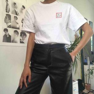 Svarta byxor i läderimitation med vit kontrastsöm från Zara. Lite utsvängda ner mot vaderna Märkta som XS men är lite stora i storleken.  Endast använda en gång!!
