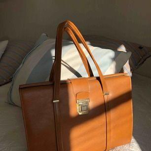 Jääättejättefin väska som jag köpte på en vintagebutik för 350kr. Väldigt bra skick. Förtjänar en ny ägare.