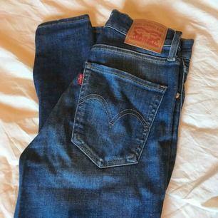 Supersnygga Levis jeans! Använda fåtal gånger därav i jättebra skick, säljes pga att dom aldrig kommer till användning😢 i modellen Mile High superskinny Köparen står för frakt🌸