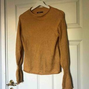 Tunn stickad tröja från Gina med snygga detaljerade ärmar, köparen står för frakt🌸