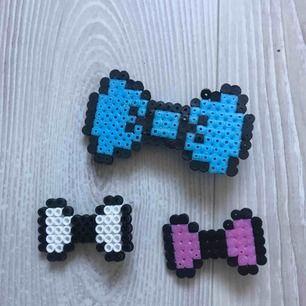 🎀 Tre stycken egen gjorda rosett hårspännen I rosa, vit och blå. Jag säljer dem för 20 kronor tillsammans + frakt