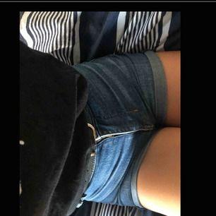 Jätte snygga jeans shorts Från h&m till sommaren i ett ganska använt skick, storlek XXS/XS 😝 jag säljer dom för att dom är för små för mig.