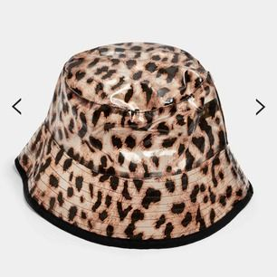 Helt ny och oanvänd buckethat! Prislappen sitter kvar. Storlek ONESIZE🥰