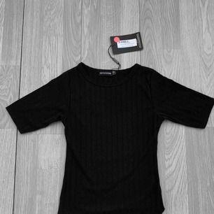 Ny svart ribbad tröja från PLT storlek 34. Prislapp kvar. Frakt kostar 36kr extra, postar med videobevis/bildbevis. Jag garanterar en snabb pålitlig affär!✨ ✖️Fraktar endast✖️