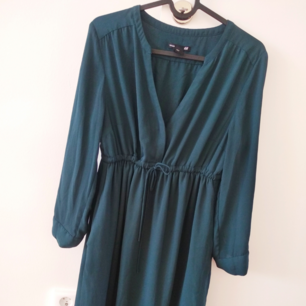 Helt ny klänning oanvänd från H&M som passar bra till graviditet, eftersom den är mamma style klänning.