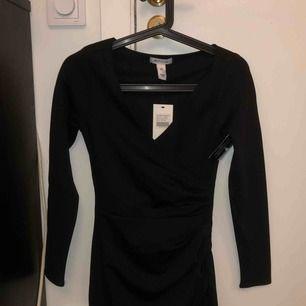 """En svart """"wrap"""" klänning från Nelly Aldrig använd"""