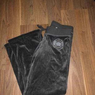 Mjukisbyxor från juicy couture  Dom är grå gröna men mer åt de militär gröna hållet De är utsvängda nertill Inte mycket använda