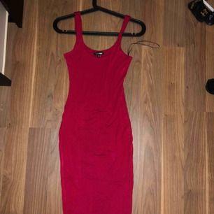 En röd långklänning från fashion Nova Väldigt tunt ovh skönt material