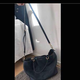 Mörkblå ÄKTA väska från michael kors. Köpt för några år sen och sparsamt använd i skolan och i fint skick.