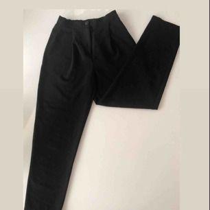 Svarta kostymbyxor från H&M, storlek 32 / 34 passar även mig som har 36. Benlängden=ca 95 cm. ❤️Tunna så man kan ha dem nu på sommaren. Pris: 70 + frakt ❤️ Skriv för fler bilder
