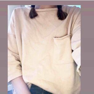 Oversized tröja från Zara. Storlek S men passar även M då den är stor. Kortärmad, rosa/beige (bild 2) tunn men värmer bra❤️ Slits på båda sidor (bild 3) Perfekt till sommarkvällar. Pris:120 då frakt är inkluderad☺️