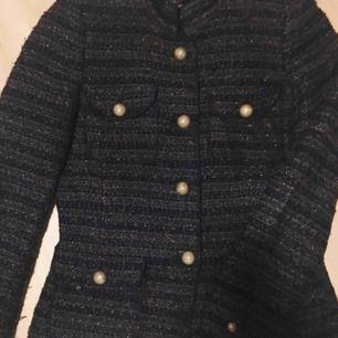 Tunn jacka från Zara, strl S. 4st små fickor, guldiga knappar, glitter/guldiga trådar. Använd men i bra skick. Köparen står för frakten