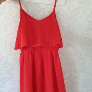Så söt klänning i en härlig röd färg! Justerbara band och går strax över knäna! Fraktas snabbt och enkelt! Kram🍓
