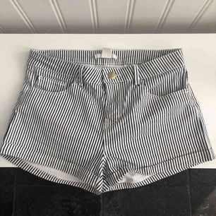 Mörkblå/vit randiga shorts från H&M, mycket fint skick och använda 1 gång