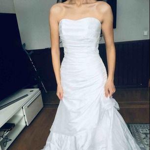 SPÅRBAR FRAKT INGÅR I PRISET! Brudklänning i storlek 36.  Köpt på bröllopsbutiken Kvitto finns Mer info vid intresse.