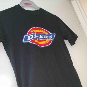Säljer min dickies t-shirt som är i storlek XS i herr storlek. Använd fåtal gånger och köparen står för frakten:)
