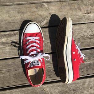 ÄKTA låga converse skor i storlek 39 dock så är de stora i storleken så skulle säga 39,5 / 40. Lite smutsiga men går att tvätta bort. Pris:200 då frakt är inkluderad❤️