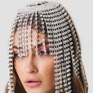 Speciellt hårsmycke med strass ❤️❤️❤️  Kan postas om du står för frakt