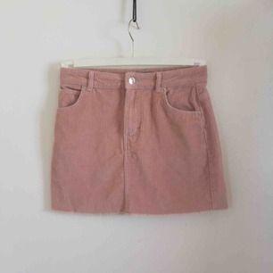 En rosa manchesterkjol från ginatricot. Strl 34/XS/S. Köptes i mars för 300 kr och säljs nu för 200 kr inklusive frakt. Endast använd en gång. Tveka inte att höra av dig!😊
