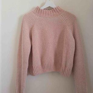 En jättemjuk, stickad tröja från H&M med halvpolo. Storlek M, men passar även mig som brukar ha S/XS. Köptes för 250 kr i vintras och säljs nu för 200 kr inklusive frakt. Använd fåtal gånger hemma. Hör av er med frågor och intresse!😊👍🏼