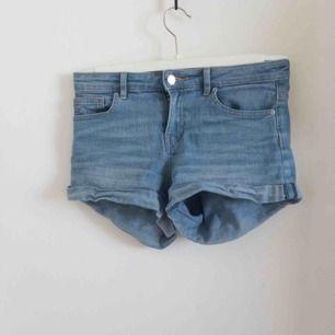 Ett par shorts som är från H&M. De är i fint skick och har använts väl. I priset ingår frakten. Storlek 34 så skulle säga att de är typ XS. Hör gärna av er vid frågor!😊🌸