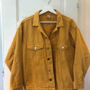 Oversized gul jeansjacka från HM. Superfint skick. Säljs pga inte längre min stil