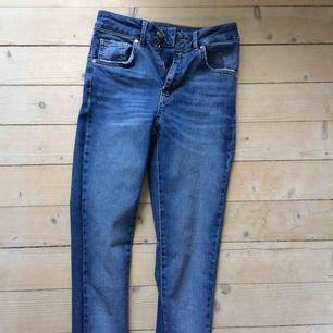 Jeans i skinny leg, high waist modell. Långa i benen för att vara XS, i bra skick endast använda en gång. Original pris 599kr.