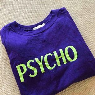Lila T-shirt korta ärmar.  Neongrönt tryck.  Använd en gång.