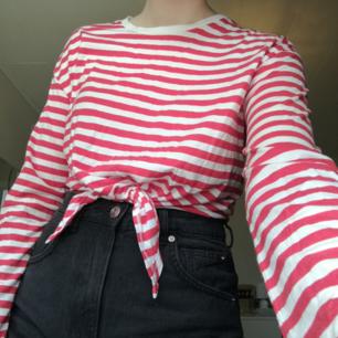 En rödrandig tröja från hm, den har knytning och lite vida armar. Köparen står för eventuell frakt:)