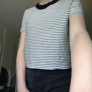 En vitrandig t-shirt från Zara med svart krage. Köparen står för eventuell frakt:)