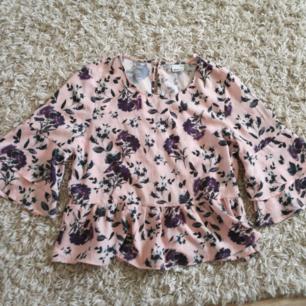 En rosa blommig blus från Gina Tricot. Köparen står för eventuell frakt:)