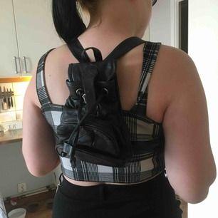 Super fin svart liten ryggsäck! Har ingen använding av den längre tyvärr därav Säljer jag den ❤️ Priset är exkl eventuell frakt!