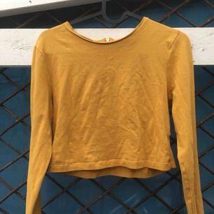 Super fin gul tröja i storlek S! Ganska stretchig så skulle nog kunna passa en liten medium också! Priset är exkl eventuell frakt!